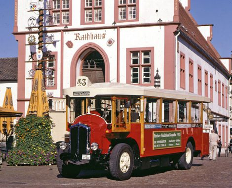 Linie43_Rathaus_square-1073x1536